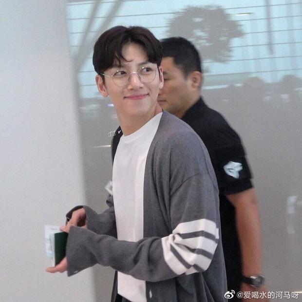 Ji Chang Wook quá bảnh, lộ góc nghiêng cực phẩm dù chật vật thoát khỏi biển fan đông đến nghẹt thở tại sân bay Tân Sơn Nhất - Ảnh 16.