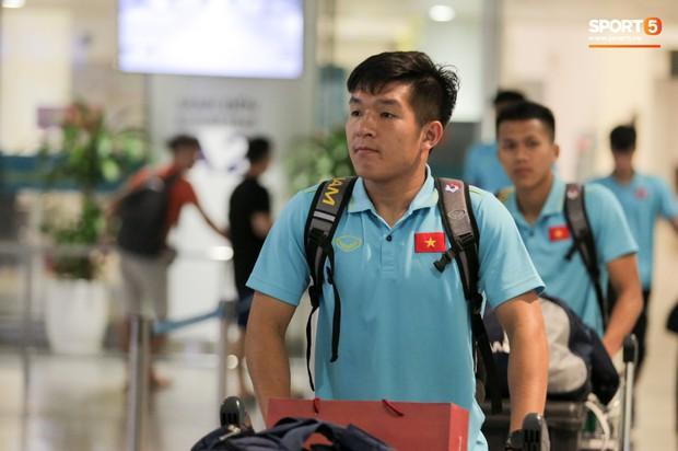 Thủ môn U22 Việt Nam được bạn gái đón ngay tại sân bay sau khi trở về từ trận thắng U22 Trung Quốc - Ảnh 10.