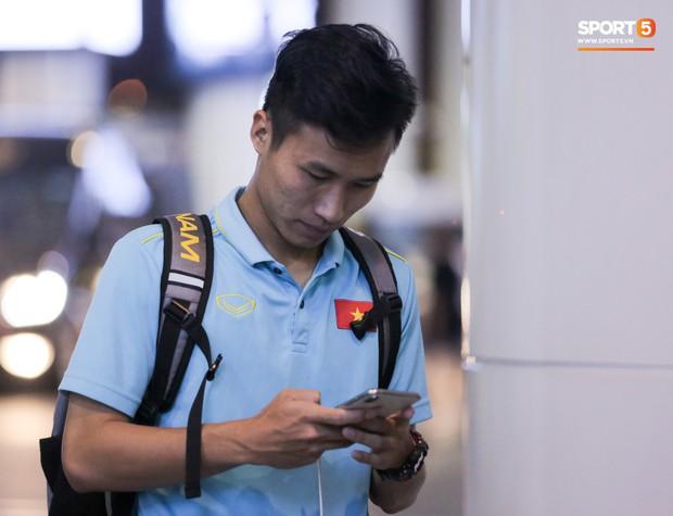 Thủ môn U22 Việt Nam được bạn gái đón ngay tại sân bay sau khi trở về từ trận thắng U22 Trung Quốc - Ảnh 9.