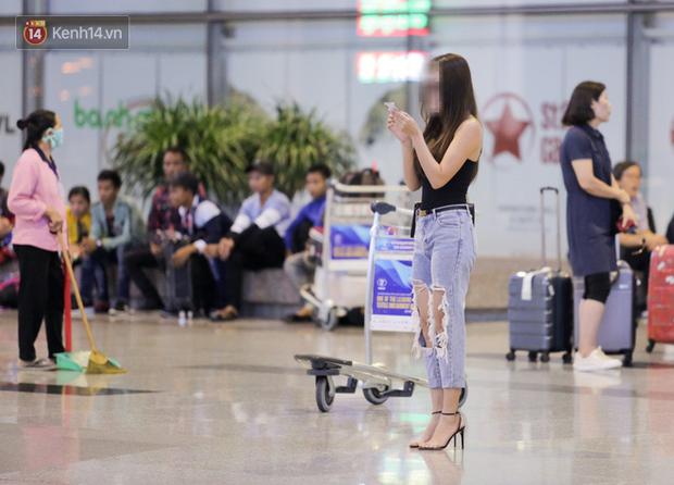 Thủ môn U22 Việt Nam được bạn gái đón ngay tại sân bay sau khi trở về từ trận thắng U22 Trung Quốc - Ảnh 1.