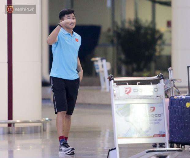 Thủ môn U22 Việt Nam được bạn gái đón ngay tại sân bay sau khi trở về từ trận thắng U22 Trung Quốc - Ảnh 2.