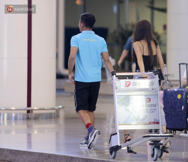 Thủ môn U22 Việt Nam được bạn gái đón ngay tại sân bay sau khi trở về từ trận thắng U22 Trung Quốc - Ảnh 3.