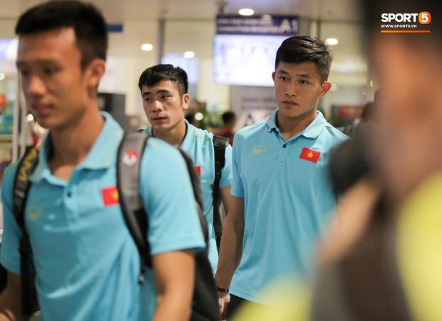 Thủ môn U22 Việt Nam được bạn gái đón ngay tại sân bay sau khi trở về từ trận thắng U22 Trung Quốc - Ảnh 5.