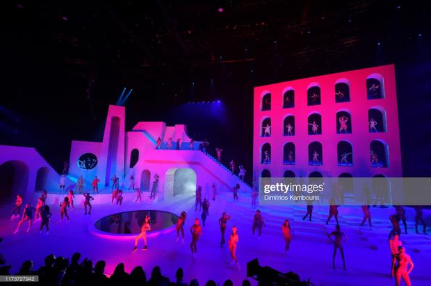 Fan xem mà fan tức á: Rihanna đầu tư mạnh tay cho show diễn thời trang gấp cả chục lần cho concert ca nhạc - Ảnh 1.