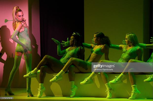 Fan xem mà fan tức á: Rihanna đầu tư mạnh tay cho show diễn thời trang gấp cả chục lần cho concert ca nhạc - Ảnh 3.