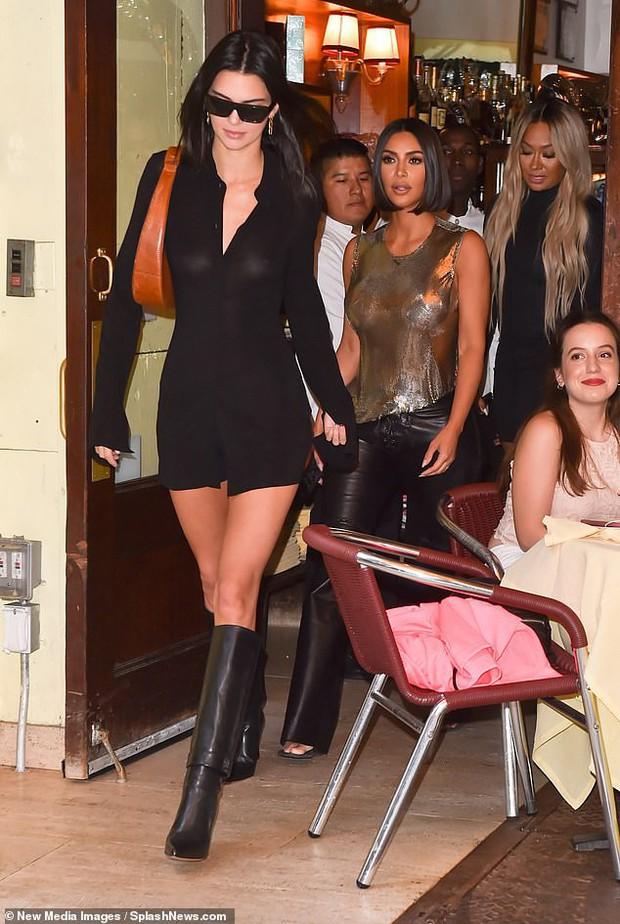 Ai ngờ thánh giật spotlight Kim Kardashian có ngày lu mờ hoàn toàn trước em gái Kendall Jenner thế này - Ảnh 1.