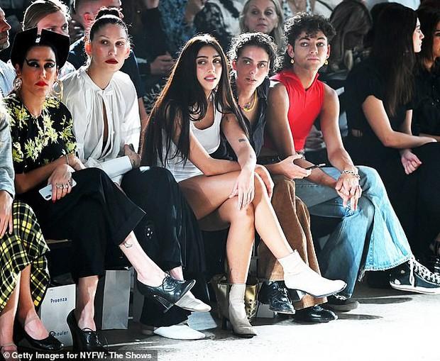 Ái nữ nhà Madonna nổi bần bật tại vị trí trung tâm hàng ghế đầu show thời trang, sốt xình xịch với nhan sắc và body - Ảnh 2.