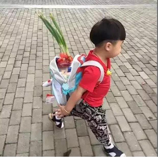 Bắt gặp học sinh bỏ củ hành lá vào cặp trong ngày đầu tiên đến trường, cư dân mạng thích thú trước ý nghĩa của phong tục hiếm có khó tìm này - Ảnh 2.