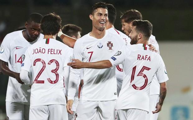 Đáng yêu hết nấc hình ảnh các thiên thần nhỏ của Ronaldo ăn mừng khi cha ghi bàn, khoảnh khắc hẳn sẽ khiến Messi phải chạnh lòng - Ảnh 3.