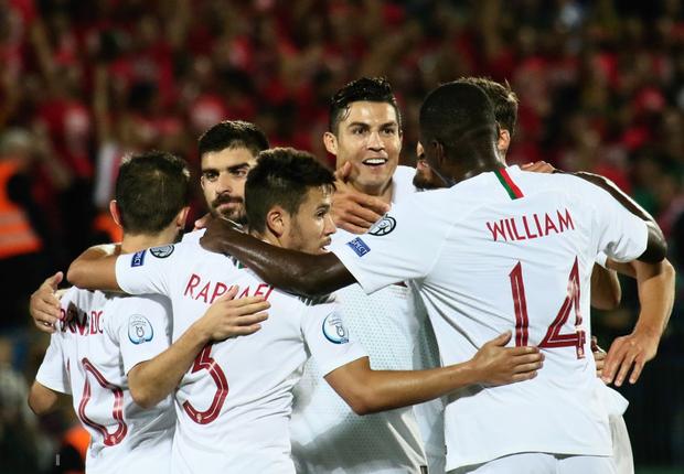 Ronaldo thiết lập hàng loạt cột mốc kỷ lục mới khi ghi 4 bàn giúp Bồ Đào Nha thắng đậm ở vòng loại Euro 2020 - Ảnh 7.