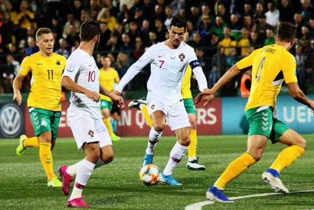 Ronaldo thiết lập hàng loạt cột mốc kỷ lục mới khi ghi 4 bàn giúp Bồ Đào Nha thắng đậm ở vòng loại Euro 2020 - Ảnh 4.
