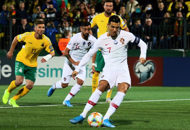 Ronaldo thiết lập hàng loạt cột mốc kỷ lục mới khi ghi 4 bàn giúp Bồ Đào Nha thắng đậm ở vòng loại Euro 2020 - Ảnh 3.
