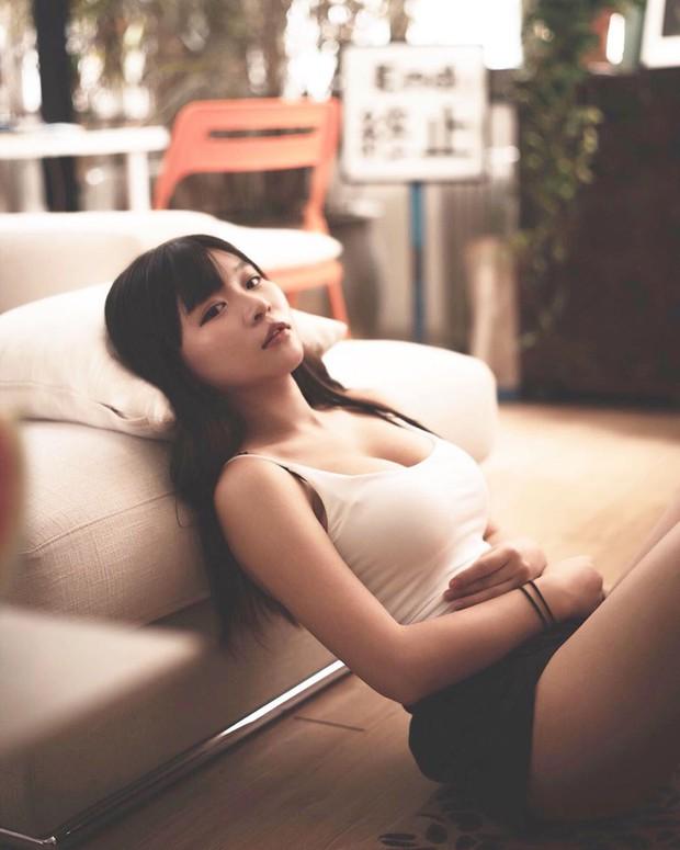 Bị chụp lén lúc thử giày, girl xinh ngực khủng được cư dân mạng truy lùng vì quá nóng bỏng - Ảnh 5.