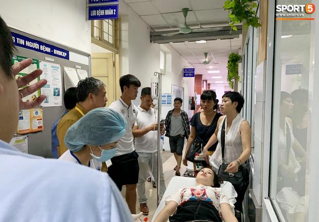 Chồng nữ CĐV trúng pháo: Tôi quá sốc và không dám nhìn vào vết thương của vợ, nó quá kinh khủng - Ảnh 1.