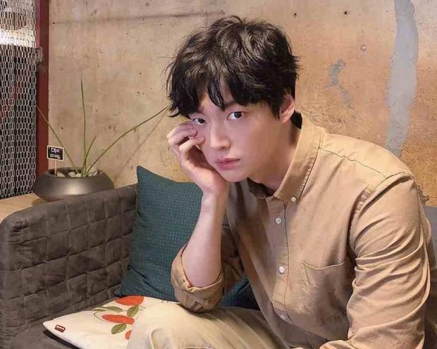 Thái độ bất thường của Ahn Jae Hyun trên phim trường bất ngờ được lật lại, mãi sau này đồng nghiệp mới vỡ lẽ - Ảnh 2.