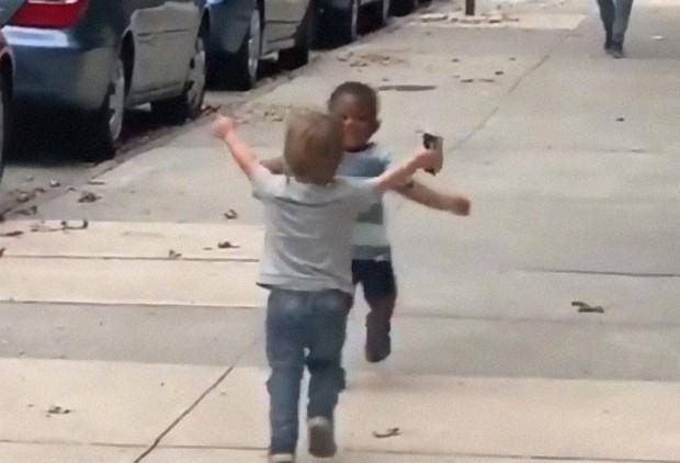 Khoảnh khắc đôi bạn thân 2 tuổi chạy tới ôm chầm lấy nhau sau 2 ngày xa cách khiến trái tim cư dân mạng tan chảy - Ảnh 3.