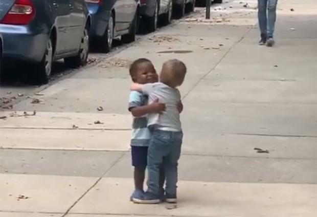 Khoảnh khắc đôi bạn thân 2 tuổi chạy tới ôm chầm lấy nhau sau 2 ngày xa cách khiến trái tim cư dân mạng tan chảy - Ảnh 4.