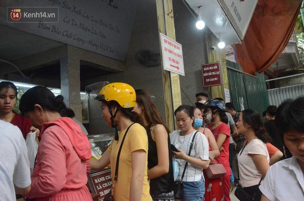 Ảnh, clip: Người dân Hà Nội đội mưa, xếp hàng dài cả tuyến phố để chờ mua bánh Trung thu Bảo Phương - Ảnh 3.
