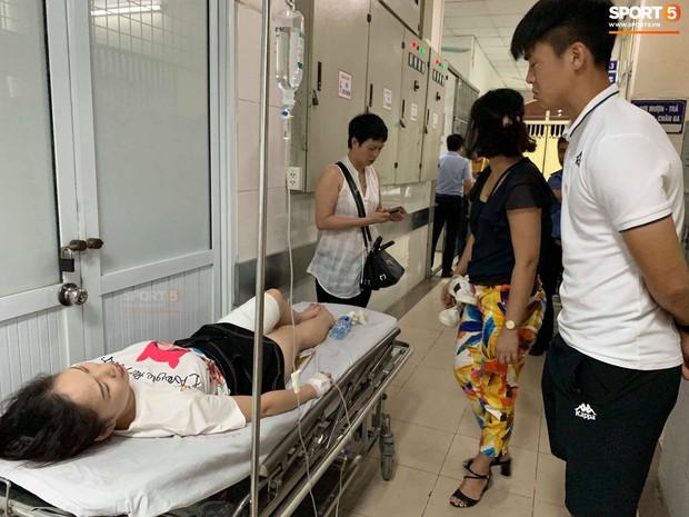Chị Tô Huyền Anh đang được cấp cứu tại bệnh viện Xanh Pôn. Ảnh: Hiếu Lương