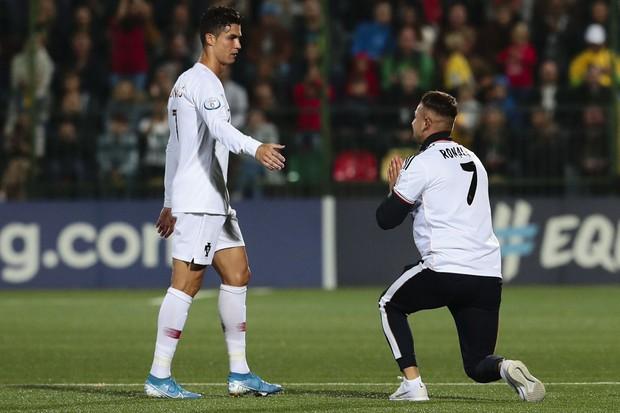 Liều mình lẻn xuống sân vái lạy Ronaldo, chàng CĐV may mắn nhận được màn đãi ngộ khiến fan bóng đá cả thế giới ghen tị - Ảnh 1.