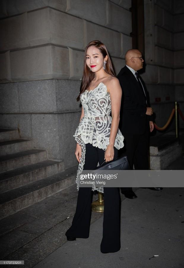NYFW ngày 4: Jessica Jung lại bị báo quốc tế dìm tơi tả, diện set đồ hơn 100 triệu so kè với người mẫu của hãng - Ảnh 1.