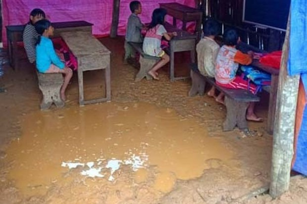 Thương cảm cảnh học sinh vùng cao ngồi học trên nền đất nhão nhoẹt - Ảnh 1.