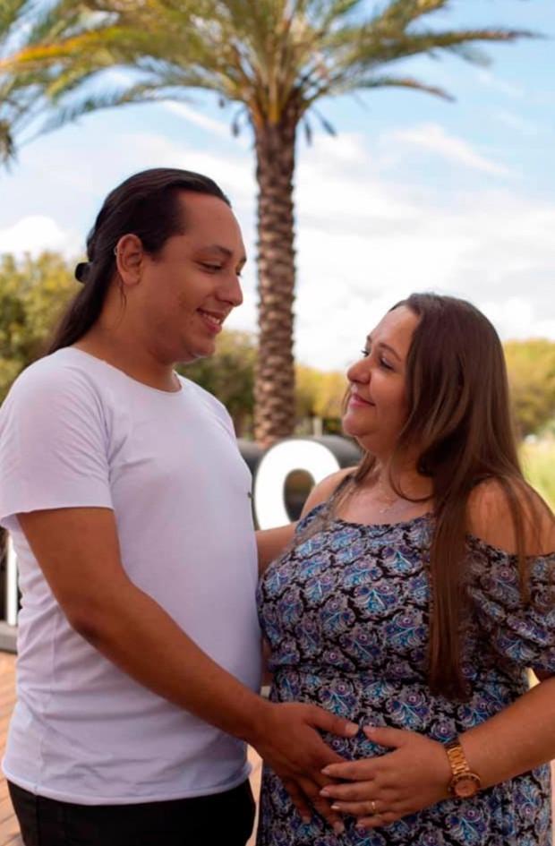 Bà mẹ 45 tuổi mang thai hộ con trai đồng tính, hạ sinh 2 em bé đáng yêu trong sự ngỡ ngàng của cả gia đình - Ảnh 3.