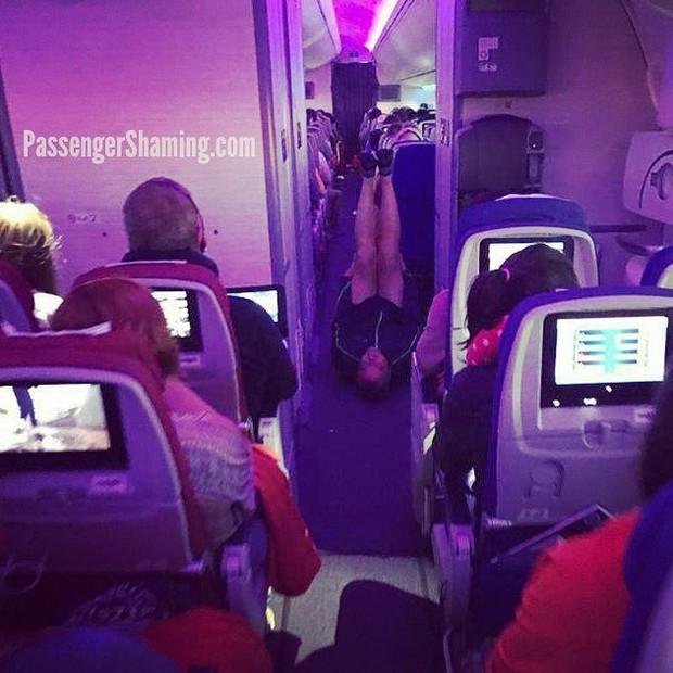 """Đi máy bay mà cứ hồn nhiên như ở nhà mình, loạt hành khách này đích thị là những kẻ """"tạo nghiệp"""" tài ba! - Ảnh 15."""