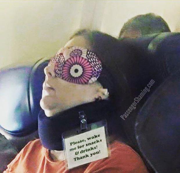 """Đi máy bay mà cứ hồn nhiên như ở nhà mình, loạt hành khách này đích thị là những kẻ """"tạo nghiệp"""" tài ba! - Ảnh 17."""