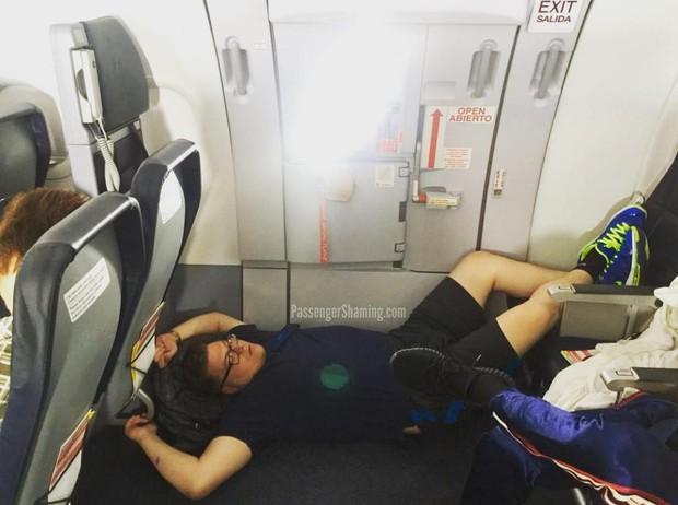 """Đi máy bay mà cứ hồn nhiên như ở nhà mình, loạt hành khách này đích thị là những kẻ """"tạo nghiệp"""" tài ba! - Ảnh 7."""