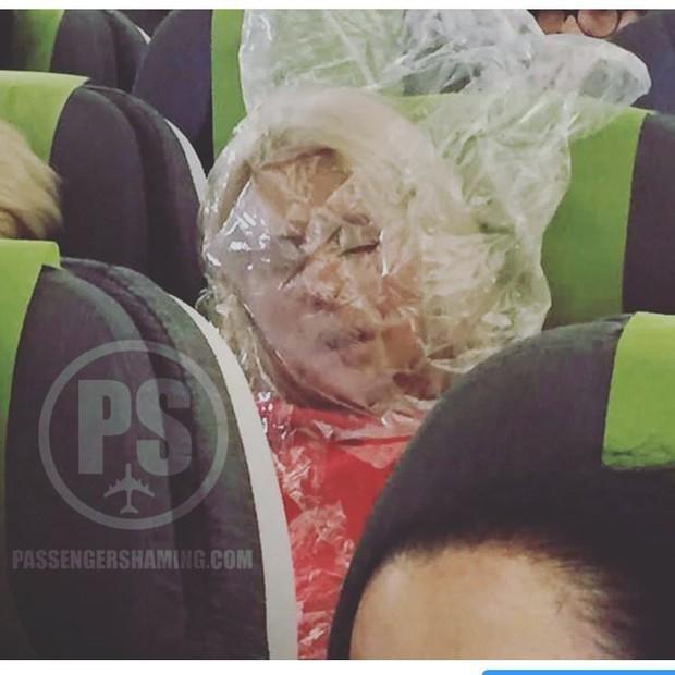 """Đi máy bay mà cứ hồn nhiên như ở nhà mình, loạt hành khách này đích thị là những kẻ """"tạo nghiệp"""" tài ba! - Ảnh 33."""