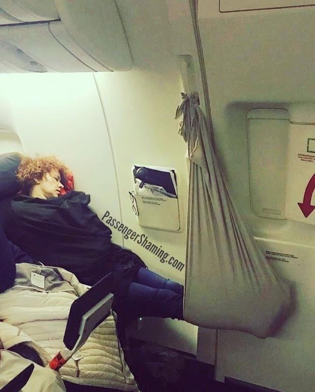 """Đi máy bay mà cứ hồn nhiên như ở nhà mình, loạt hành khách này đích thị là những kẻ """"tạo nghiệp"""" tài ba! - Ảnh 3."""