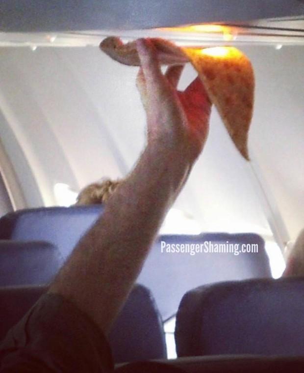 """Đi máy bay mà cứ hồn nhiên như ở nhà mình, loạt hành khách này đích thị là những kẻ """"tạo nghiệp"""" tài ba! - Ảnh 29."""