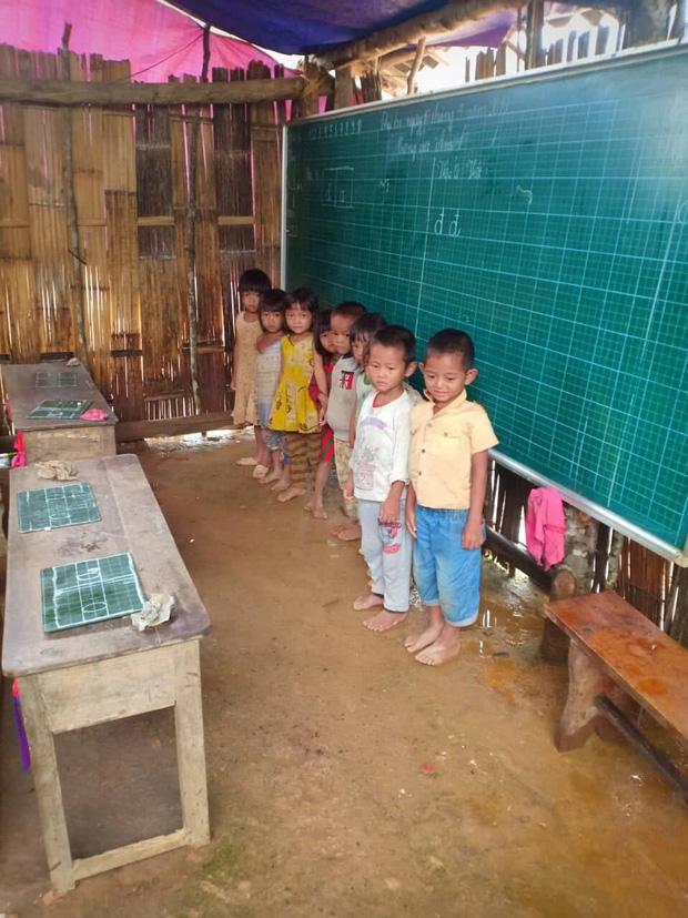 Thương cảm cảnh học sinh vùng cao ngồi học trên nền đất nhão nhoẹt - Ảnh 2.