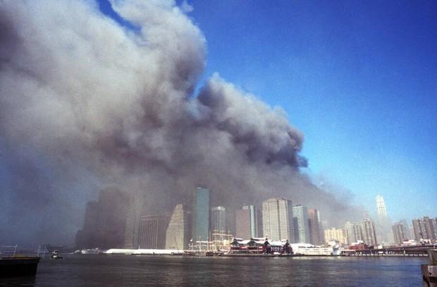 Nhìn lại những khoảnh khắc ám ảnh kinh hoàng trong vụ khủng bố 11/9 - Ảnh 2.