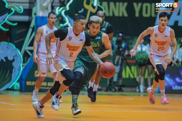 Tình huống nhiều tranh cãi giữa hai cầu thủ của Saigon Heat và Cantho Catfish ở những giây cuối Game 2 VBA Finals 2019 - Ảnh 1.