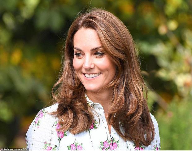 """Công nương Kate đi đôi giày mà Nữ hoàng Anh """"ghét cay ghét đắng"""" nhưng vẫn được dân tình bênh vực vì chăm tiết kiệm - Ảnh 1."""