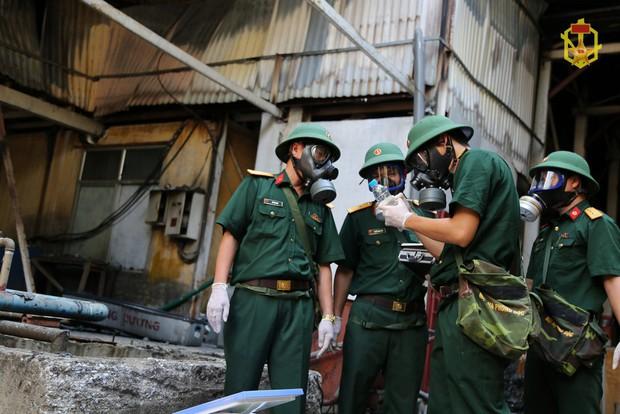 Binh chủng hóa học chuẩn bị phun thuốc, tiến hành tẩy độc kho xưởng công ty Rạng Đông - Ảnh 1.
