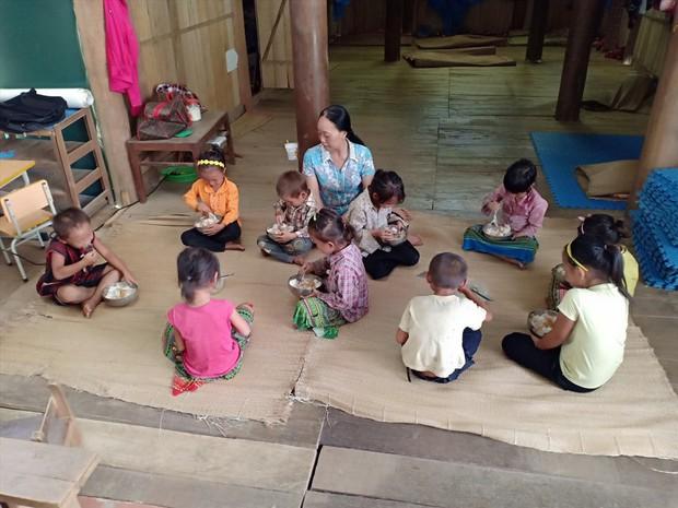 Thương cảm cảnh học sinh vùng cao ngồi học trên nền đất nhão nhoẹt - Ảnh 12.