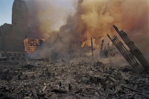 Nhìn lại những khoảnh khắc ám ảnh kinh hoàng trong vụ khủng bố 11/9 - Ảnh 13.