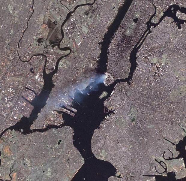 Nhìn lại những khoảnh khắc ám ảnh kinh hoàng trong vụ khủng bố 11/9 - Ảnh 15.