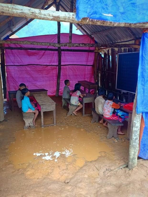 Thương cảm cảnh học sinh vùng cao ngồi học trên nền đất nhão nhoẹt - Ảnh 3.