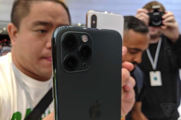 Cận cảnh iPhone 11 Pro và 11 Pro Max: Mặt lưng kính mờ, cụm camera lạ lẫm, không thực sự nhiều cải tiến - Ảnh 5.