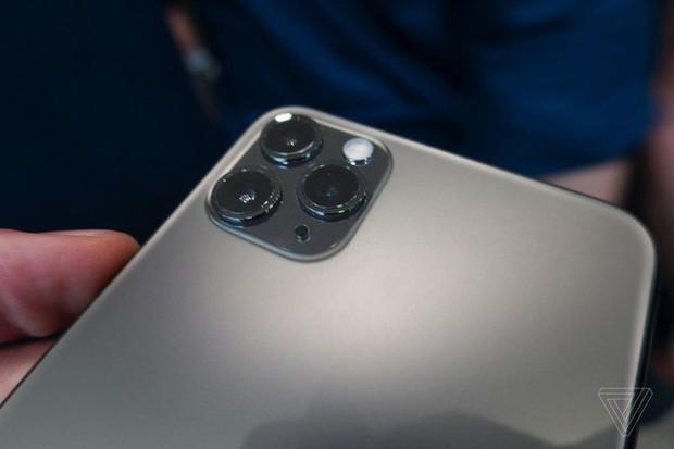 Cận cảnh iPhone 11 Pro và 11 Pro Max: Mặt lưng kính mờ, cụm camera lạ lẫm, không thực sự nhiều cải tiến - Ảnh 6.