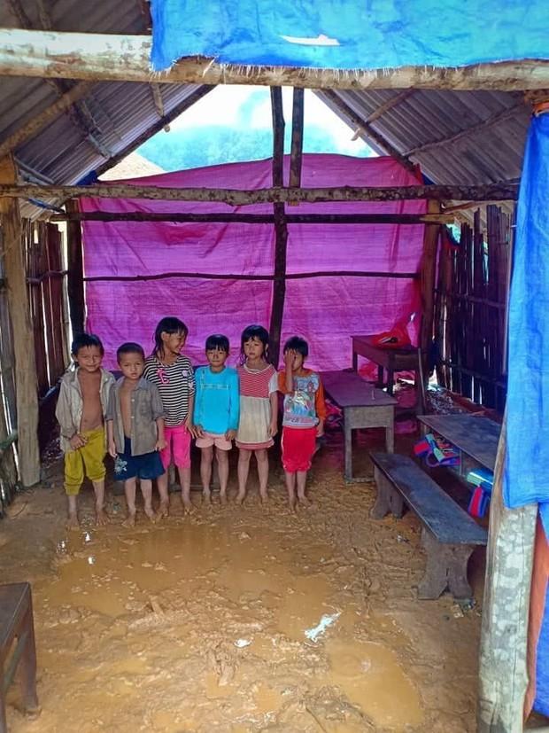 Thương cảm cảnh học sinh vùng cao ngồi học trên nền đất nhão nhoẹt - Ảnh 6.
