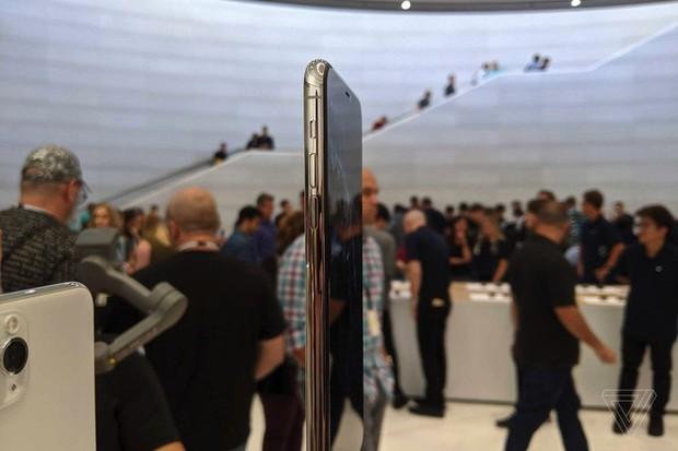 Cận cảnh iPhone 11 Pro và 11 Pro Max: Mặt lưng kính mờ, cụm camera lạ lẫm, không thực sự nhiều cải tiến - Ảnh 7.