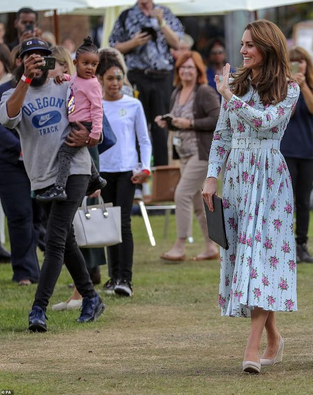 """Công nương Kate đi đôi giày mà Nữ hoàng Anh """"ghét cay ghét đắng"""" nhưng vẫn được dân tình bênh vực vì chăm tiết kiệm - Ảnh 5."""