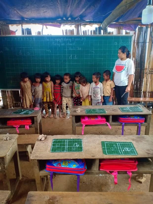 Thương cảm cảnh học sinh vùng cao ngồi học trên nền đất nhão nhoẹt - Ảnh 7.