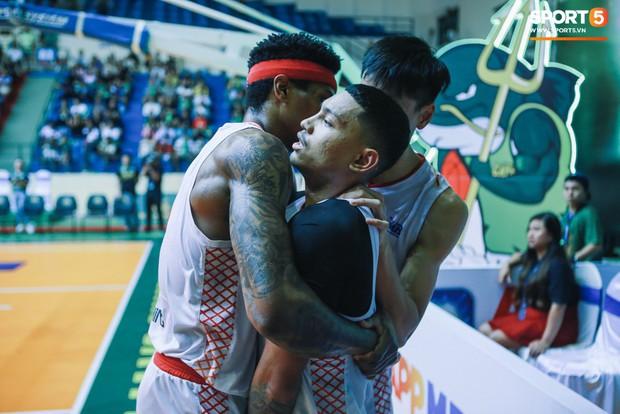 Tình huống nhiều tranh cãi giữa hai cầu thủ của Saigon Heat và Cantho Catfish ở những giây cuối Game 2 VBA Finals 2019 - Ảnh 4.