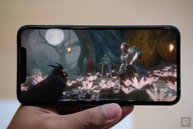 Cận cảnh iPhone 11 Pro và 11 Pro Max: Mặt lưng kính mờ, cụm camera lạ lẫm, không thực sự nhiều cải tiến - Ảnh 9.
